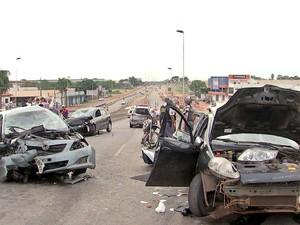 Acidente no viaduto da MT-040 matou uma pessoa e deixou outras sete feridas, em Cuiabá. (Foto: Reprodução/ TVCA)
