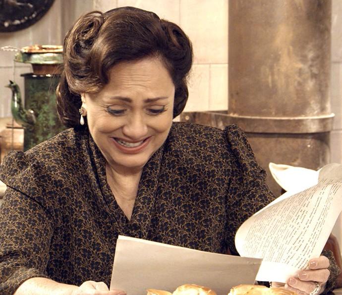 Sandra se emociona com o contrato em mãos (Foto: TV Globo)