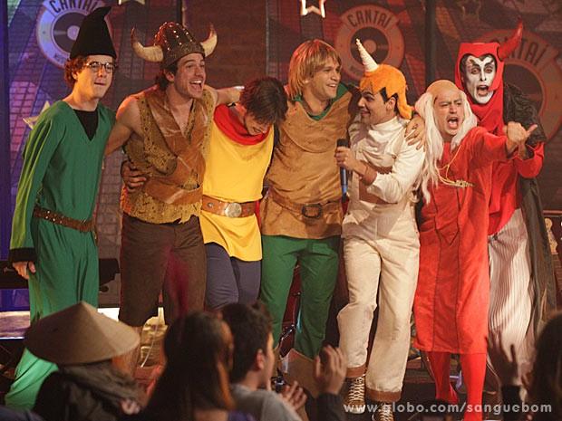 O grupo se diverte no palco do Cantaí (Foto: Sangue Bom / TV Globo)