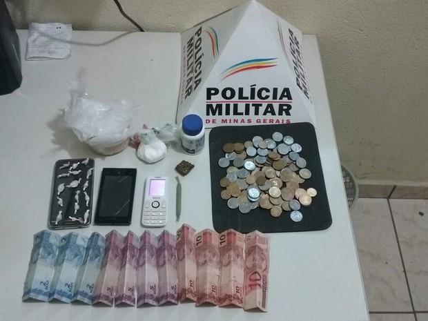 Drogas e dinheiro apreendidos pela PM na casa dos autores (Foto: Polícia Militar/Divulgação)