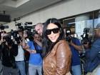Grávida, Kim Kardashian chama a atenção por curvas generosas