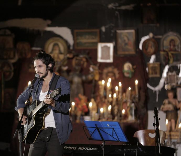 Gabriel Leone começou a estudar música quando se interessou pelas artes e, nos bastidores, quando um violão está à toa, é ele quem pega para tocar, como fez na confraternização em comemoração ao capítulo 100 da novela (Foto: Inácio Moraes/ Gshow)