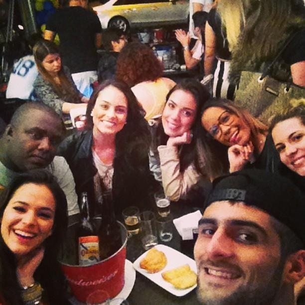 Bruna Marquezine com Rafaella Santos, irmã de Neymar, e amigos no Rio (Foto: Instagram/ Reprodução)