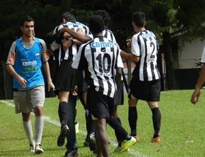 Jogadores do Araxá comemoram gol da virada (Foto: Felipe Santos/GLOBOESPORTE.COM)