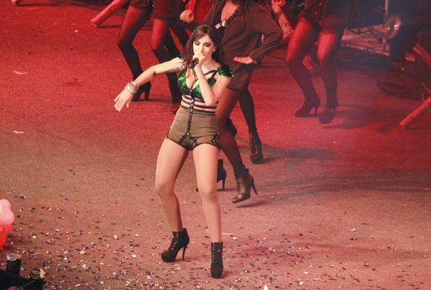 Anitta no palco em show no Rio (Foto: Isac Luz/EGO)