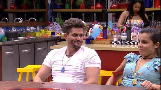 Emilly e Marcos vão dormir no tapete do Quarto do Líder para Daniel 'dormir na cama'
