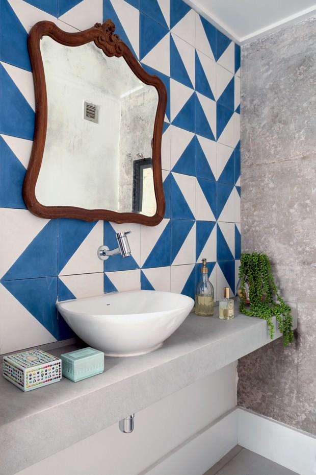 lavabo-ladrilho-hidráulico-espelho-moldura-vintage-Gabriela-Marques (Foto: Edu Castello/Editora Globo)