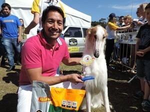 Maior cão: Thiago Yanase e 'Nicolas' (Foto: Alan Schneider/G1)