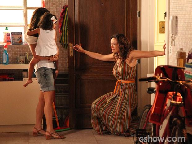 Juliana se ajoelha para impedir que Juliana leve Bia embora (Foto: Carol Caminha/ TV Globo)