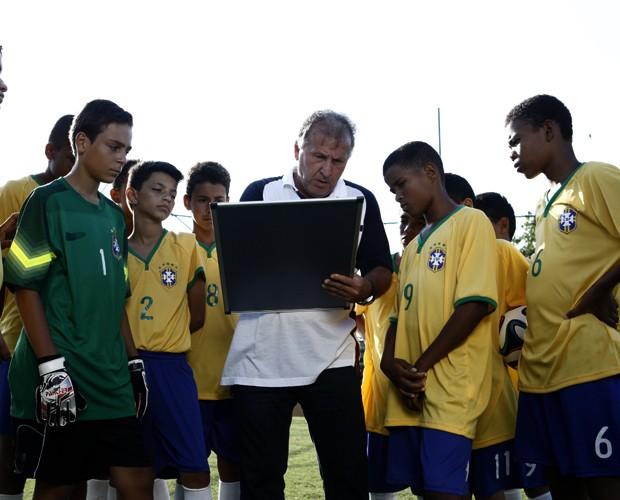 Zico orienta jogadores (Foto: TV Globo/Inácio Moraes)