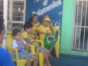 Crianças assistem ansiosos o jogo do Brasil, à espera de um gol (Foto: Vilma Nascimento/GloboEsporte.com)