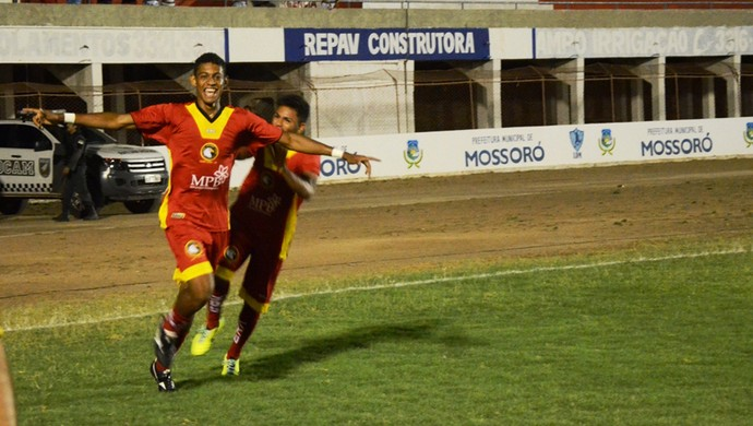 Ricardo Lopes, do Globo FC, comemora gol na final da Copa FNF (Foto: Alcivan Costa/Gazeta do Oeste)