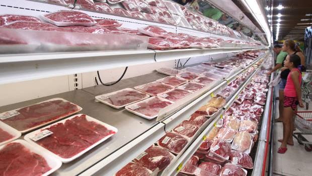 Consumidores olham preço de carne e frango no supermercado (Foto: Reprodução/Facebook)