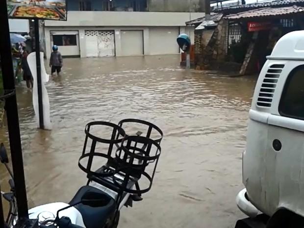 Rua Serra Talhada, no bairro Arthur Lundgren 2, em Paulista, alagada pela chuva (Foto: Guilherme da Silva / WhatsApp)