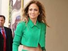 Se verde é assim... Jennifer Lopez exibe boa forma com look monocromático