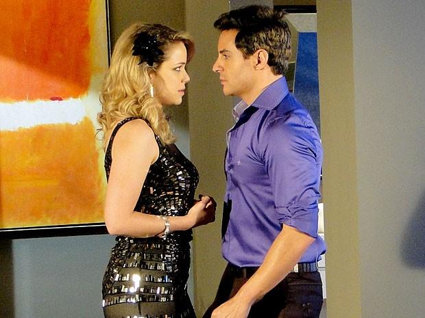 Fabian gostando de Rosário? É isso que Inácio, na pele do cantor, acaba colocando na cabeça da ex (Foto: Cheias de Charme / TV Globo)