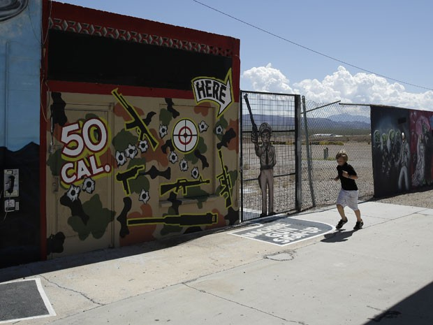 Criança passa em frente ao Last Stop no Arizona (Foto: John Locher/AP)