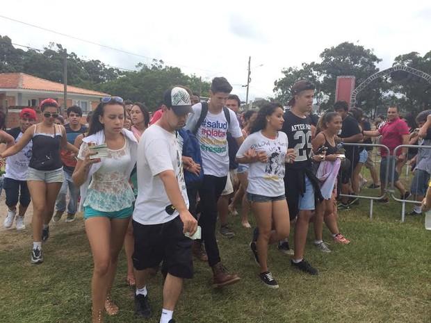 Público entrou de mãos dadas após abertura de portões do segundo dia de Planeta Atlântida 2015 (Foto: Paula Menezes/G1)