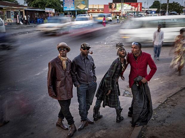 """Imagem vencedora na categoria """"Um Momento"""" retrata um grupo de """"Sapeurs"""", nome dado a membros de uma sucultura que floresceu na República Democática do Congo (Foto: Johnny Haglund/www.tpoty.com/BBC)"""