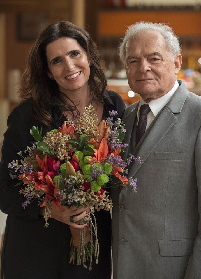 Malu posa ao lado de Othon Bastos, nos bastidores. Será que o casamento sai? (Foto: Estevam Avellar/Globo)