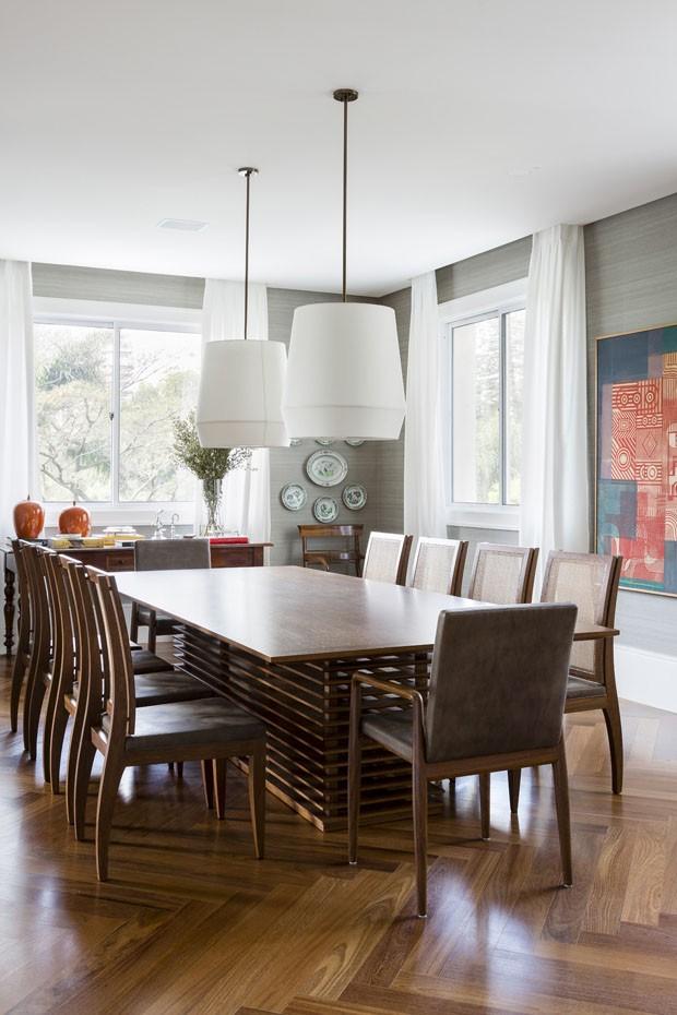 Branco, cinza e madeira emolduram coleção de arte em apartamento (Foto: Divulgação)