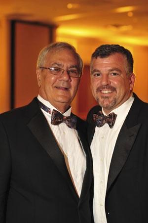 O parlamentar democrata Barney Frank e James Ready posam para foto durante cerimônia em Newton, Massachusetts  (Foto: Reuters)