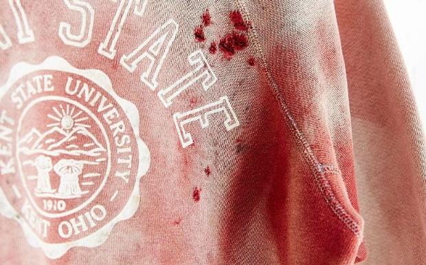 Urban Oufitters lana moletom manchado de sangue (Foto: Reproduo / Ebay)