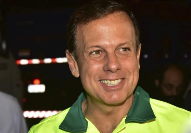 O prefeito de São Paulo, João Doria (PSDB), veste uniforme de gari em ação do programa Cidade Linda (Foto: Fabio Arantes/SECOM)