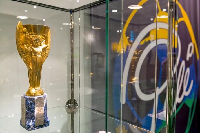 Réplica da taça Jules Rimet de Pelé é leiloada por quase R  2 milhões 91b7ae3e794f0