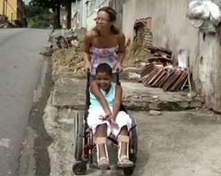 Priscila Jeane Morais tenta conseguir transporte de graça para levar o filho a escola   (Foto: Reprodução RJTV 1ª Edição)