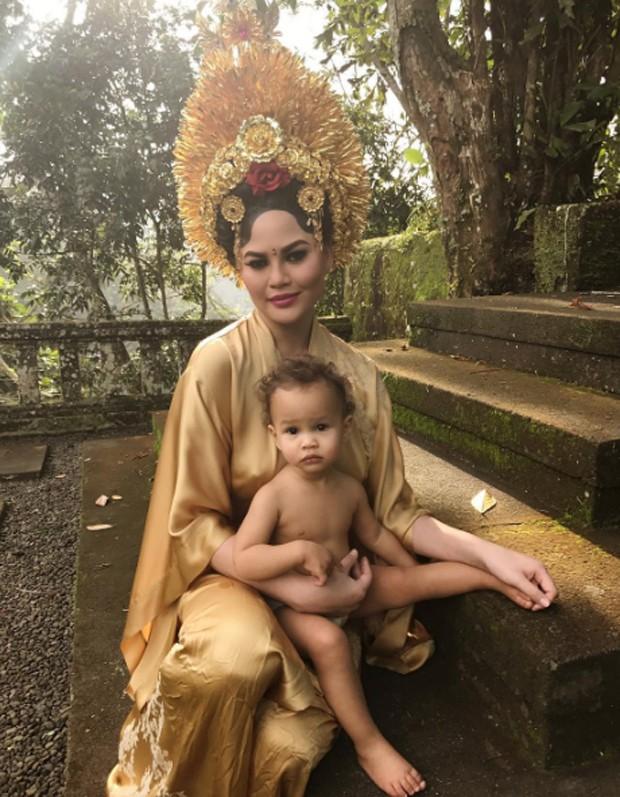 Chrissy Teigen e a filha Luna (Foto: Reprodução/Instagram)