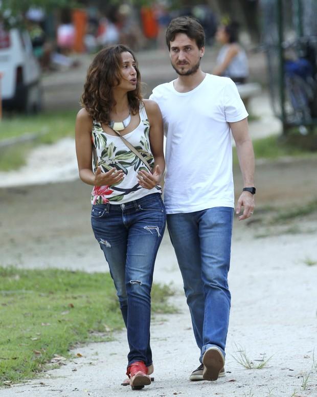 Camila Pitanga e o namorado, Igor Angelkorte, na Lagoa, Zona Sul do Rio (Foto: Ag. News)