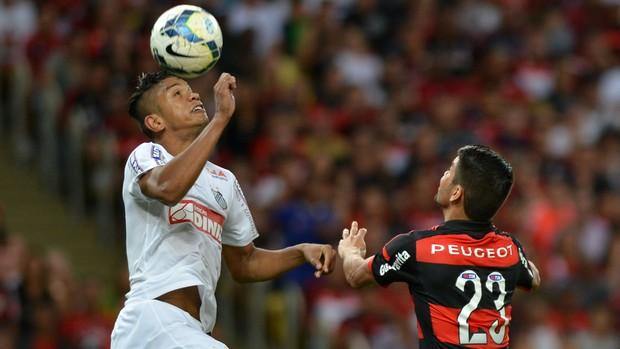 Flamengo x Santos - Eduardo disputa com David (Foto: Andre Durão )