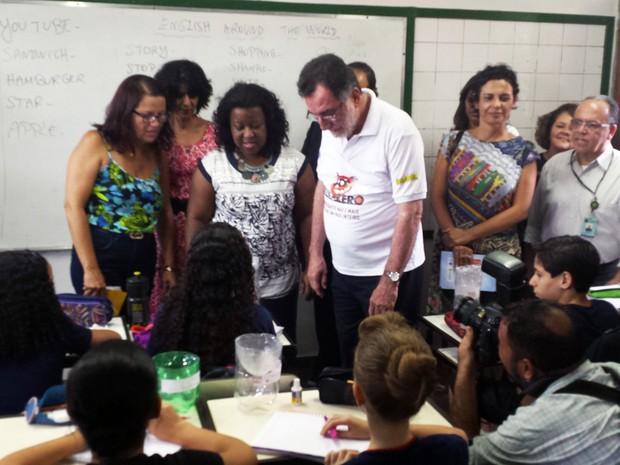 Ministro do Desenvolvimento Agrário, Patrus Ananias (PT), visita escola em Belo Horizonte em dia de mobilização de combate ao mosquito Aedes aegypti (Foto: Thaís Pimentel/G1)