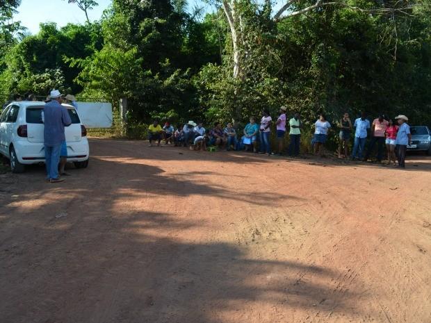 Moradores estão em frente ao local e impedem entrada de caminhões (Foto: Magda Oliveira/G1)