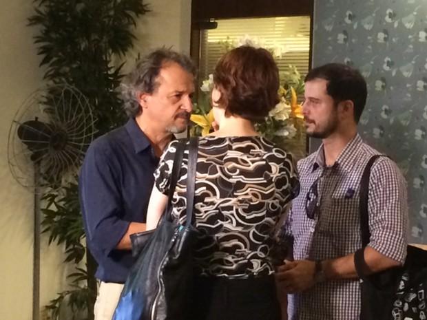 Rodrigo Moreyra, marido de Sandra, recebe apoio de amigos (Foto: Matheus Rodrigues/G1)