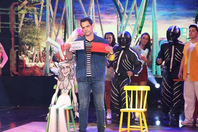 Bruno adivinhou onde bonecos sentariam (Foto: Carol Caminha / Gshow)