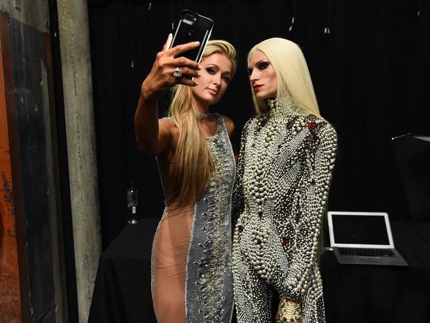 Paris Hilton e o estilista Phillipe Blond em semana de moda em Nova York, nos Estados Unidos (Foto: Nicholas Hunt/ Getty Images/ AFP)