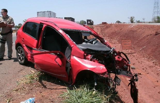 VW Gol ficou destruído após colisão com caminhão na BR-060 (Foto: Divulgação/ PRF)