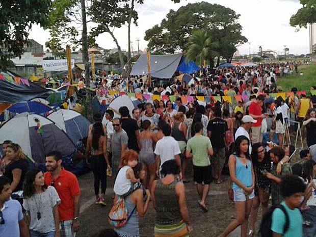 Parte do terreno foi ocupado por grupos contrário ao projeto  (Foto: Vitor Tavares / G1)