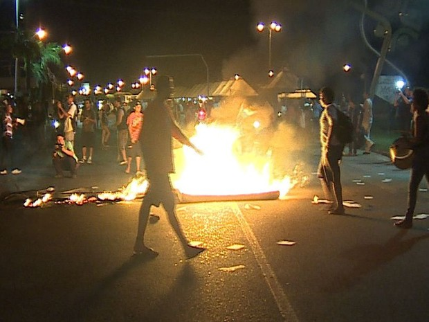 Manifestantes atearam fogo nas proximidades do Terminal do Distrito Industrial de Aracaju (Foto: Reprodução/TV Sergipe)