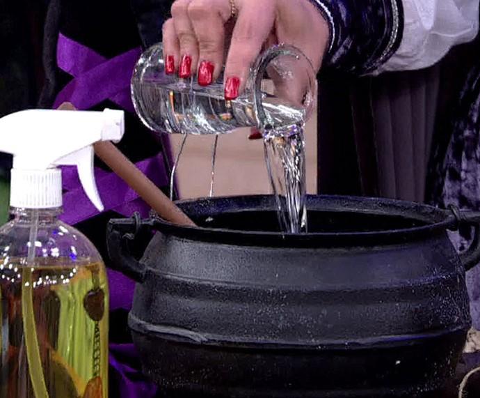 'Encontro' recebe uma bruxa no programa e ela ensina rituais e feitiços do bem (Foto: TV Globo)