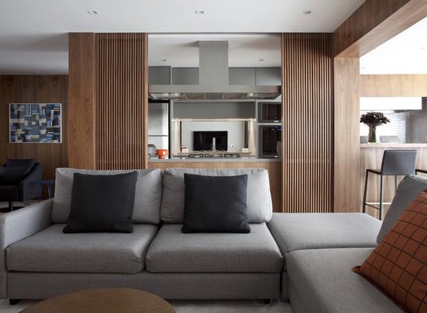 a47a4ee53 Ambientes integrados e tons terrosos transformam apartamento para ...
