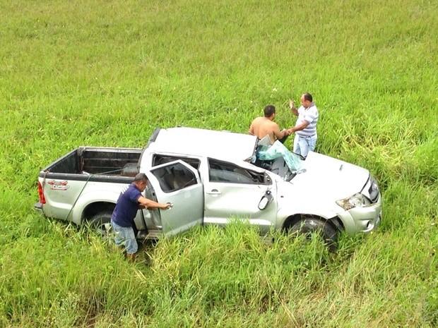 Motorista perdeu o controle da direção, capotou e saiu da pista. (Foto: Walter Paparazzo/G1)