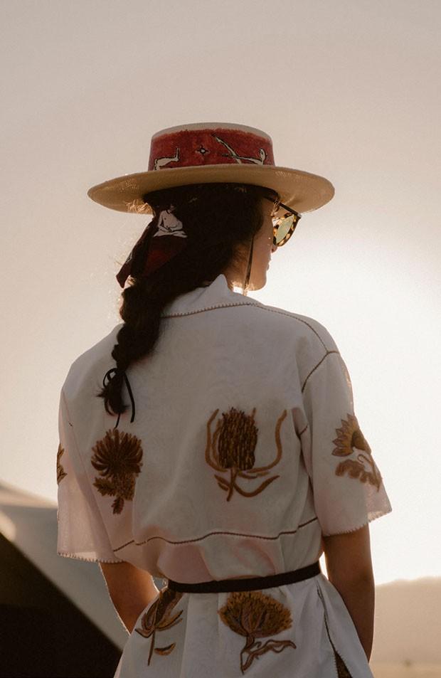 Camisa de linho bordada (R$ 17.500), chapéu de palha pintado à mão (R$ 4.700) e lenço de seda (R$ 890) (Foto: Chloé Le Drezen)