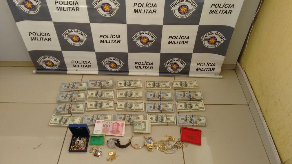 Dólares, joias e dinheiro chinês foram apreendidos com passageiros de ônibus, em Avaré (Foto: Divulgação/PM Rodoviária)