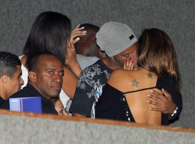 Ronaldinho Gaúcho e Juliana Diniz aos beijos em 2011 (Foto: Anderson Borde / AgNews)