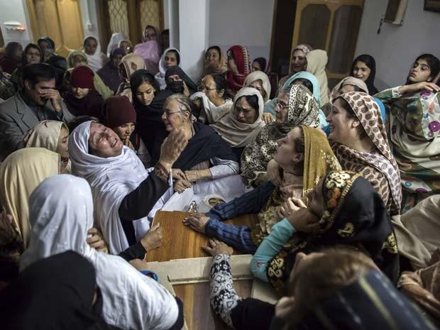 Família paquistanesa lamenta morte de criança em ataque do talibã contra escola em Peshawar nesta terça-feira (16) (Foto:  REUTERS/Zohra Bensemra)