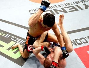 Danny Castillo na luta contra Paul Sass no UFC (Foto: Getty Images)