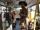 Em busca de sonho, jovem do ES se apresenta com cobras em ônibus